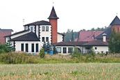 Дом на фоне поселка